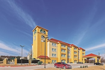 La Quinta Inn Suites Fort Worth Eastchase 5 4 Miles From Rangers Ballpark