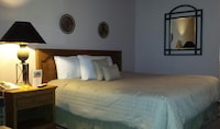 Deluxe Room, 1 King Bed, Mountain View