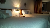 Standard Room, 2 Queen Beds, Mountain View (Pet Friendly)