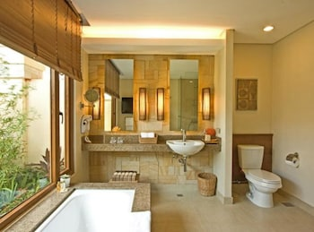 Crimson Resort and Spa Mactan Bathroom