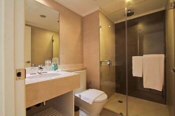 The B Hotel Manila Bathroom