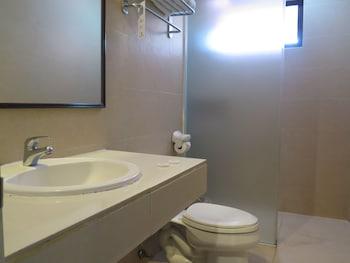 The Ritz Hotel at Garden Oases Davao Bathroom