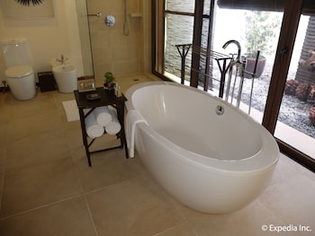 Asya Premier Suites Boracay Jetted Tub