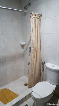 Hollywood Drive-In Hotel Baguio Bathroom