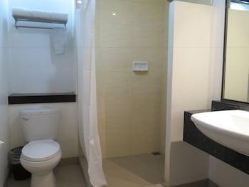 Circle Inn Bacolod Bathroom
