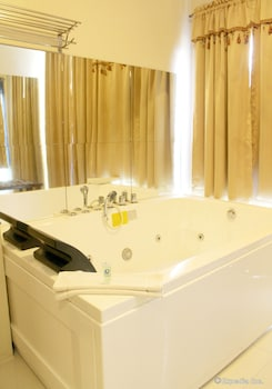 Devera Hotel Angeles Jetted Tub