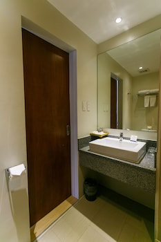 Best Western Sand Bar Resort Cebu Bathroom