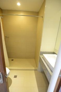 Best Western Sand Bar Resort Cebu Bathroom