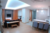 Deluxe Suite, 1 Bedroom, Kitchen, Mountain View