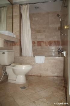 Orchid Garden Suites Manila Bathroom