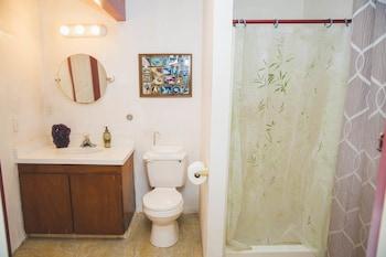 Kona Hawaii Guesthouse - Kailua-Kona, HI 96740 - Bathroom