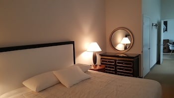 The Pittsfield Hotel: Apartments + Suites - Chicago, IL 60602 - Guestroom