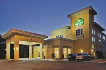 La Quinta Inn Suites Knoxville Central Papermill 4 1 Miles From Neyland Stadium