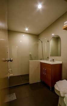 The Victor Hotel Makati Bathroom
