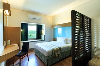 Microtel By Wyndham South Forbes Guestroom