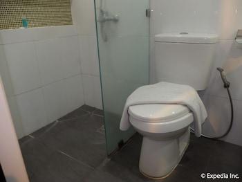 Apollonia Royale Hotel Clark Bathroom