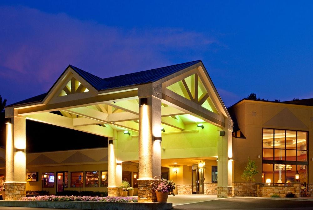 Holiday Inn Lake George Turf