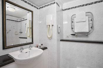 Jurys Inn Aberdeen Airport - Bathroom  - #0