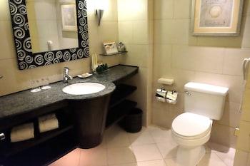 Shangri-La Mactan Bathroom