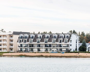 Quality Inn & Suites Beachfront (109550) photo