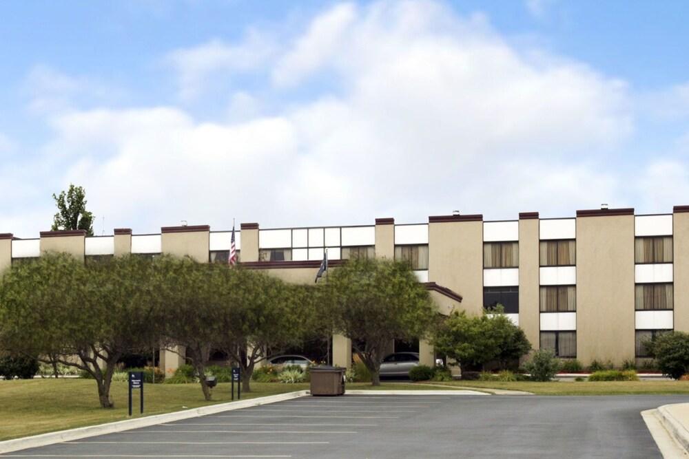 Ramada Hotel & Conference Center by Wyndham Lansing