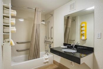 Motel 6 Savannah Midtown - Bathroom  - #0
