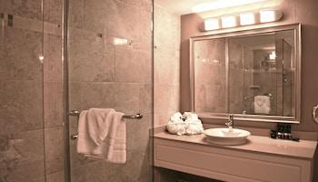 Hamilton Plaza Hotel & Conference Center - Bathroom  - #0
