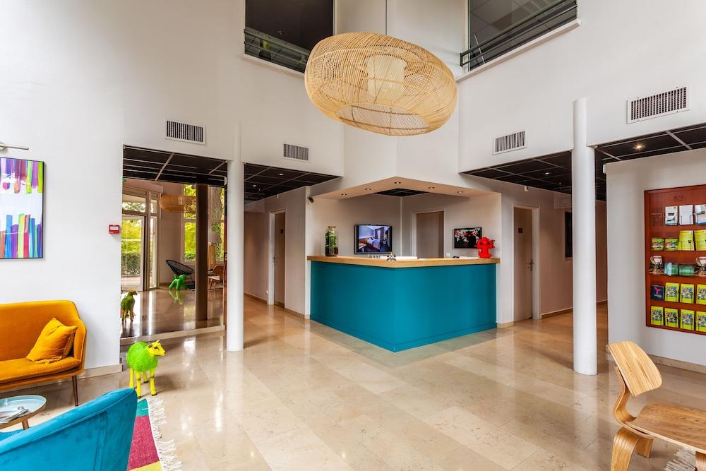 Hotel Full Colors
