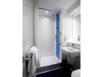 Travelodge Aberdeen Central - Bathroom  - #0