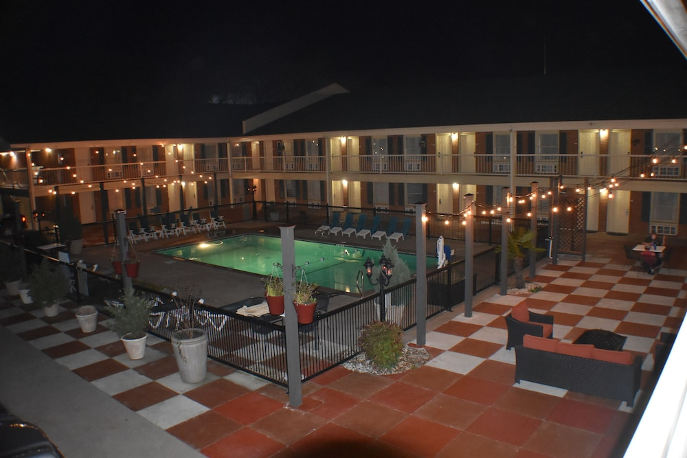 Hotel Exterior : Courtyard 1 of 72