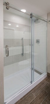 DoubleTree by Hilton Gainesville - Bathroom Shower  - #0