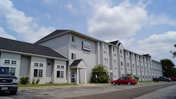 Toledo BridgePointe Inn & Suites