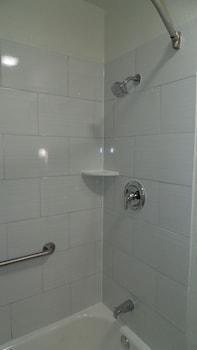 Super 8 Sapulpa Tulsa Area - Bathroom Shower  - #0