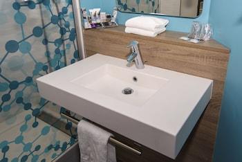 Mercure Poitiers Site du Futuroscope Hotel - Bathroom  - #0