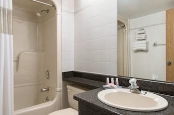 Days Inn - Orillia - Bathroom  - #0