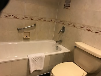 King Wing Hot Spring International Hotel - Bathroom  - #0