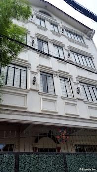 Makati Riverside Inn Exterior