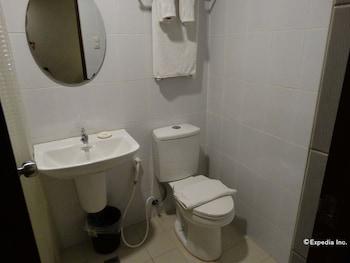 Dcircle Hotel Manila Bathroom