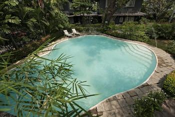 The Henry Hotel Manila Pool