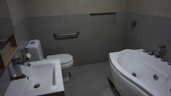 Mchotel Quezon City Deep Soaking Bathtub
