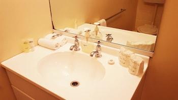 Airport Motel @ Rainbow Point Motel - Bathroom Sink  - #0