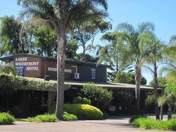 Lakes Waterfront Motel & Holiday Cottages