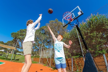 BIG4 Moruya Heads Easts Dolphin Beach Holiday Park - Basketball Court  - #0