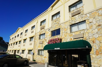 The Floral Park Motor Lodge in Floral Park, New York