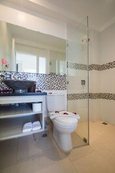 Karuna Boracay Suites Bathroom