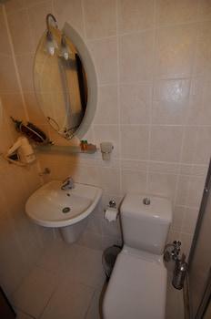 Longhouse Inn Hotel - Bathroom  - #0