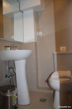 F1 Suites At Fort Palm Spring Taguig Bathroom