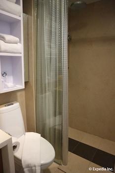 Ferra Hotel Boracay Bathroom