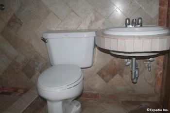 Halina Drive Inn Hotel Pasay Bathroom