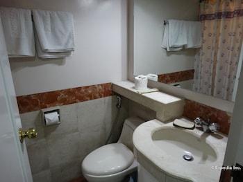 Ralph Anthony Suites Manila Bathroom